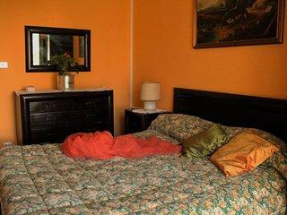 Casa immersa nel verde e nel silenzio,  una camera calda ed accogliente