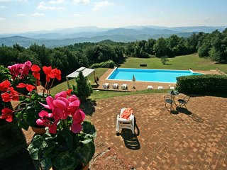 Hilltop Tuscan villa situated between Siena and Pisa, stunning views, geogeous pool and garden