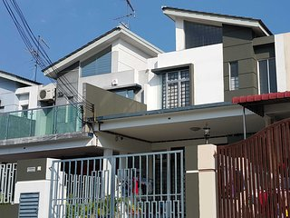 Dillenia Homestay ; a)2 Bedroom b)3 Bedroom House - Room Dillenia Homestay 3 Bed