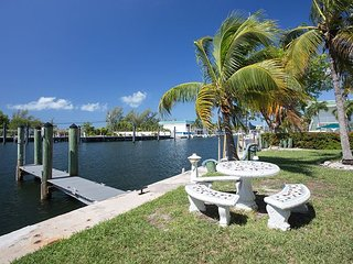 Waterfront 2BR w/ 2 Balconies, 2 Docks, 5 Bikes - Near Bars & Restaurants