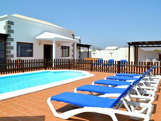 Spacious 4 Bedroom, 3 Bathroom Villa, Heated Gated Pool, Childrens Area, Jacuzzi
