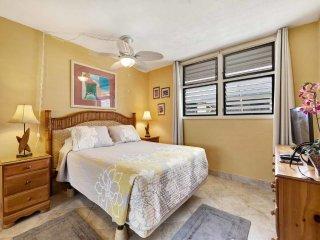 Mellow Style w/Sunset-View Lanai, Kitchen, WiFi, Washer/Dryer–Kona Bali Kai 324