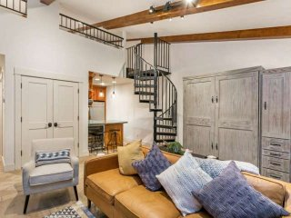 No Car Needed! Newly Renovated Studio w/ Loft, Heart of Vail, Walk to Lifts