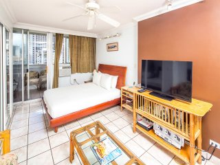 Upgraded w/Kitchenette, WiFi, AC, Flat Screen+Direct Sundeck Access–Waikiki