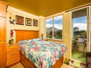 Epic Pacific View+Style! Lanai, Kitchenette+Bath Upgrades, AC, WiFi–Waikiki
