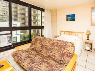 Waikiki Beauty Flows! Homey w/Kitchenette, AC, Flat Screen, WiFi–Waikiki Grand