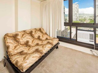 Stylish w/Waikiki Vibe! WiFi, AC, Kitchenette, Floor-to-Ceiling View–Waikiki