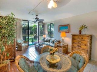 Island Style Suite w/Kitchen Upgrades, WiFi, Lanai w/Lawn Access–Kamaole Sands