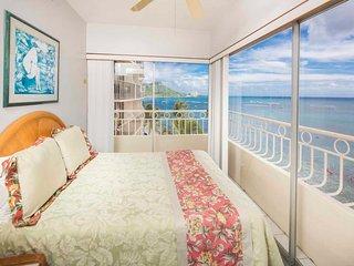 Luxe Life on Ocean's Edge w/Wraparound Lanai, Free WiFi, Kitchen–Waikiki Shore