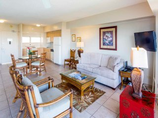 Updated High-Floor Suite w/Ocean View, Tasteful Decor, Free WiFi–Waikiki Shore