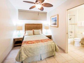 Sweet Life on the Beach! Park View, Modern Kitchen, Free WiFi–Waikiki Shore #205