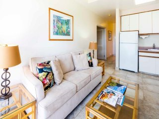 Roomy Condo Steps from the Surf. Full Kitchen, Free WiFi–Waikiki Shore #214