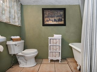 Romantic Rural 1920's Cottage with King Master, Hot Tub, and Fireplace