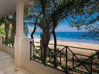 Luxurious condo with an spectacular beach front view!