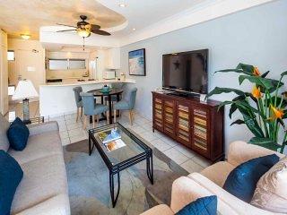 Ultra-Modern Suite w/Upgraded Kitchen, Island Decor, Free WiFi–Waikiki Shore