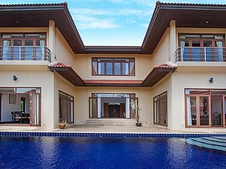 Pool villa for a big family near beach