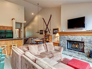 1 block from downtown & ski lift! Private hot tub + heated garage!