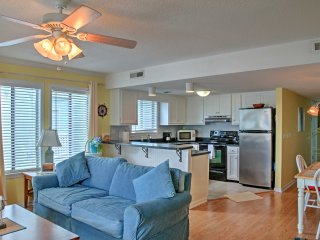Carolina Beach Condo w/Pool Access -Steps to Shore