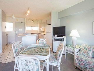 Comfy Ocean View Retreat w/ Kitchen, Washer/Dryer, Free WiFi–Waikiki Shore #816