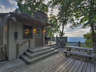 Weaverville Cabin w/ Deck, Mtn Views & Hot Tub!