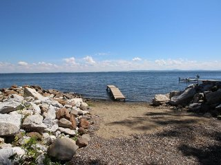 Lakefront getaway near private beach and park, state boat launch and dock nearby