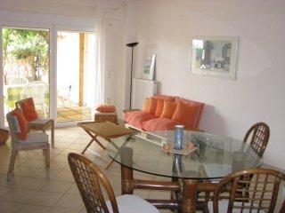 Appartement avec grande cour et pergola fleurie près de la mer