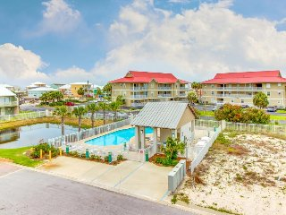 Pristine getaway close to the beach w/ community pool - snowbirds welcome!