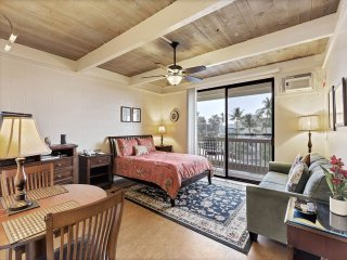 Luxe Style+Homey Perks! WiFi, TV, Full Kitchen, Lanai, Ceiling Fan, AC–Kona