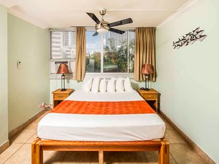 Cozy Stay Steps from Beach! AC, WiFi, Kitchenette Ease, TV–Waikiki Grand 604
