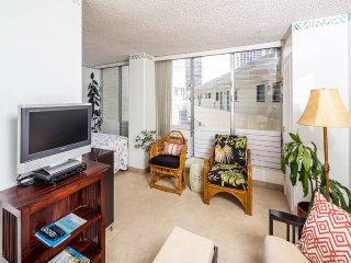 Sweet Design! Dining Table, Kitchenette w/Full Frig, AC, TV, WiFi–Waikiki Grand
