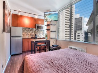 Perfect Perks! New Kitchenette w/Frig, Dining Table, WiFi, AC, TV–Waikiki Grand