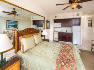 Couples Pick! Cozy Escape w/Pacific Vista, Free WiFi, Kitchenette–Waikiki Shore