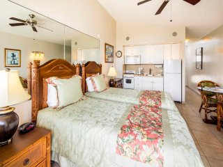 Sunsets & Surf! Penthouse w/Lanai, Free WiFi, Washer/Dryer–Waikiki Shore PH08