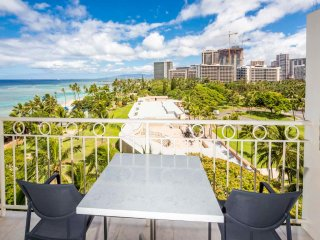 Luxe Beach Studio w/Ocean View, Modern Kitchenette, Free WiFi–Waikiki Shore #814