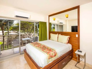 Perfect for Pairs! Modern Beach Studio w/Kitchenette, Free WiFi–Waikiki Shore