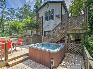 Weaverville Cottage w/Deck, Hot Tub & Scenic Views