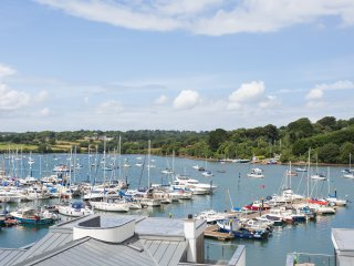 Moonraker - a luxury 5 Star apartment overlooking Falmouth Marina with parking