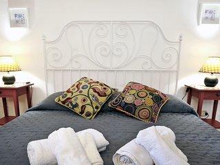 Camera da letto matrimoniale e bagno completo con cabina doccia