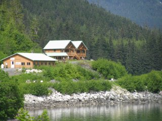 The Gathering Place Cabin #1, beach access, private deck, kitchenette