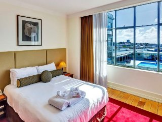 Sunny Heritage Hotel Serviced Auckland CBD Apartment with Views of Swimming Pool