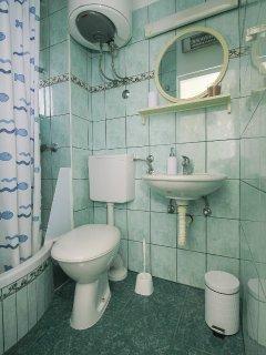 SA2(2): bathroom with toilet