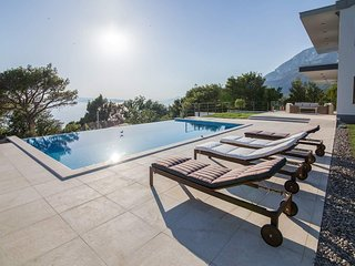 Villa Yanko illuminated infinity heated pool in a quiet environment and in green