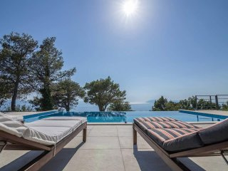 Entire Villa inTucepi,Makarska, Pool, Kings Beds,Great Sea View, spacious garden