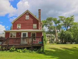 Classic farmhouse w/ beautiful deck, gas grill - close to town & the beach!