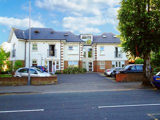 BOURNECOAST: HIGH STREET & TOWN CENTRE nearby - Modern Maisonette - FM6092