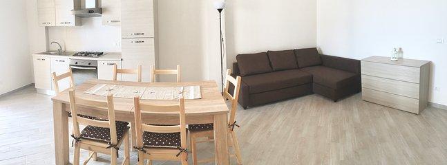 ALBA (piano terra): Zona living con cucina, sala da pranzo e divano letto matrimoniale