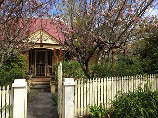 New-Holmcroft Unique 4 Bdr Character Home - quiet st. Walk Leura village & train