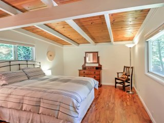 NEW! 1BR+Bonus Room Home w/Hot Tub in the Redwoods