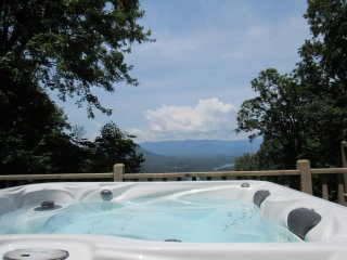 Majestic Overlook -Mtn and Lake Views, Honeymoon Cabin, Hot Tub, Fireplace!