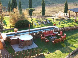 Exclusive Tuscan Villa with Pool, Hot tub,A/C,7 bd, wi-fi,15km from Siena